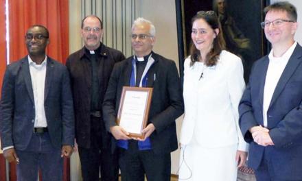 """Germania – La Fondazione """"Stephanus"""" premia don Tom, """"testimone della fede"""""""